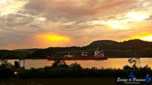 Barco-cruzando-el-Canal-Escape-to-Panama-Randy-Anabell-Hilarski